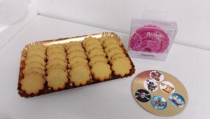 Come attaccare le cialdine in pasta di zucchero sui biscotti?